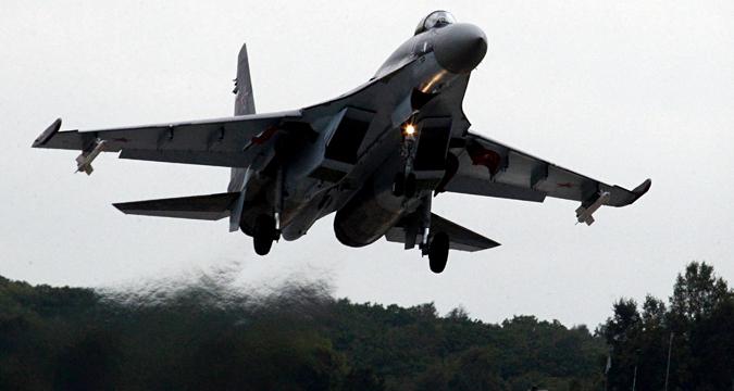 Pesawat tempur Su-35S lepas landas selama pelatihan penerbangan taktis di lapangan udara militer di wilayah Primorye.