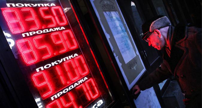 Sebuah papan digital menampilkan nilai tukar mata uang di luar kantor jasa penukaran uang. Mata uang euro naik hingga 91 rubel per euro, sedangkan dolar AS berada di atas 84 rubel per dolar AS dalam jam perdagangan Moscow Exchange.