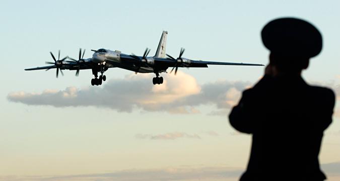 Seorang petugas Rusia mengambil foto pesawat pengebom TU-95 di sebuah pangkalan udara militer di Engels, sekitar 900 Km di selatan Moskow, 7 Agustus 2008. Kementerian Pertahanan Rusia mengundang para wartawan untuk mengikuti tur di pangkalan militer tersebut yang merupakan rumah bagi sebagian dari armada pengebom jarak jauh negara tersebut.
