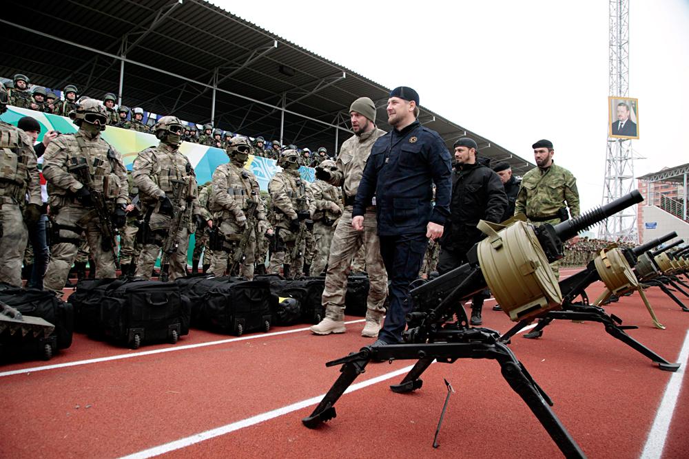 Pemimpin Chechnya Ramzan Kadyrov memeriksa pasukan khusus Chechnya di Grozny, 28 Desember 2014.