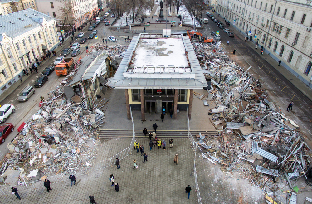 MOSCOW, RUSSIA. FEBRUARY 9, 2016. An aerial photograph showing an entrance to Chistye prudy metro station and demolished shops. 104 shopping and catering facilities in central Moscow are to be demolished according to a decision by the Moscow government concerning unauthorised free-standing structures built since the early 1990s without formal planning permission. Foto: Mikhail Japaridze/TASS
