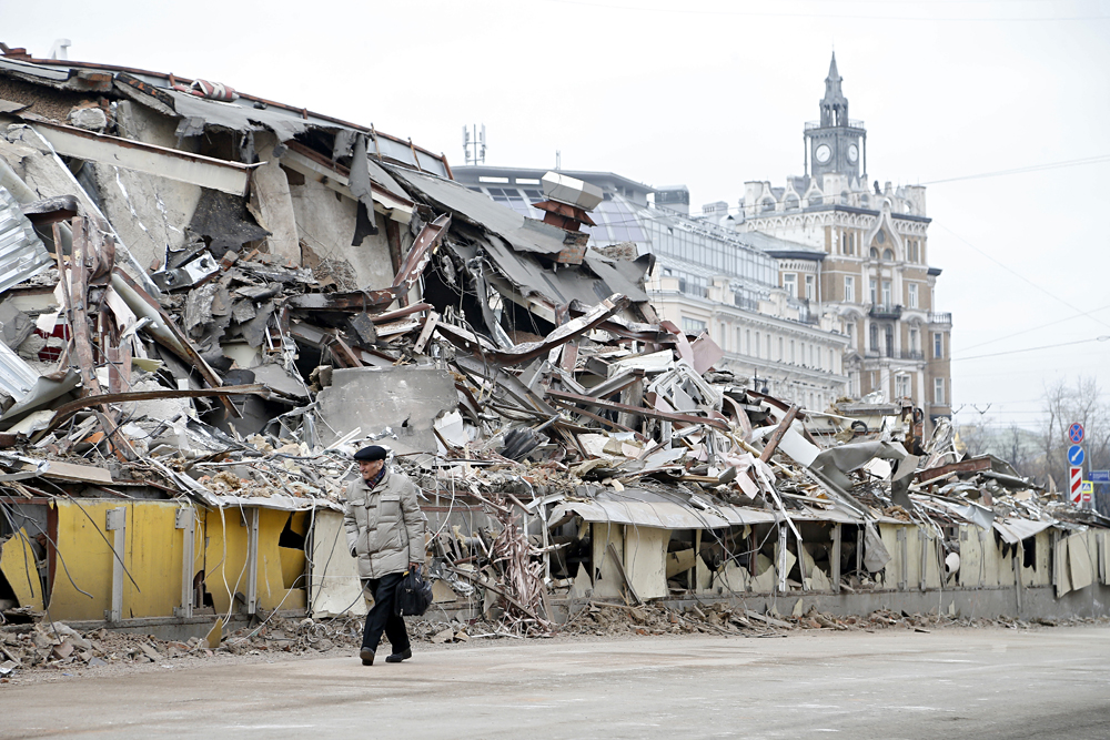 Muscovites pass by a demolish private trade pavilion in the center of Moscow, Russia, 09 February 2016. New Moscow authorities ordered to remove 97 trade pavilions built without legal documentation near metro stations and which, as they say, may harm transport infrastructure engineering communications. Foto: EPA