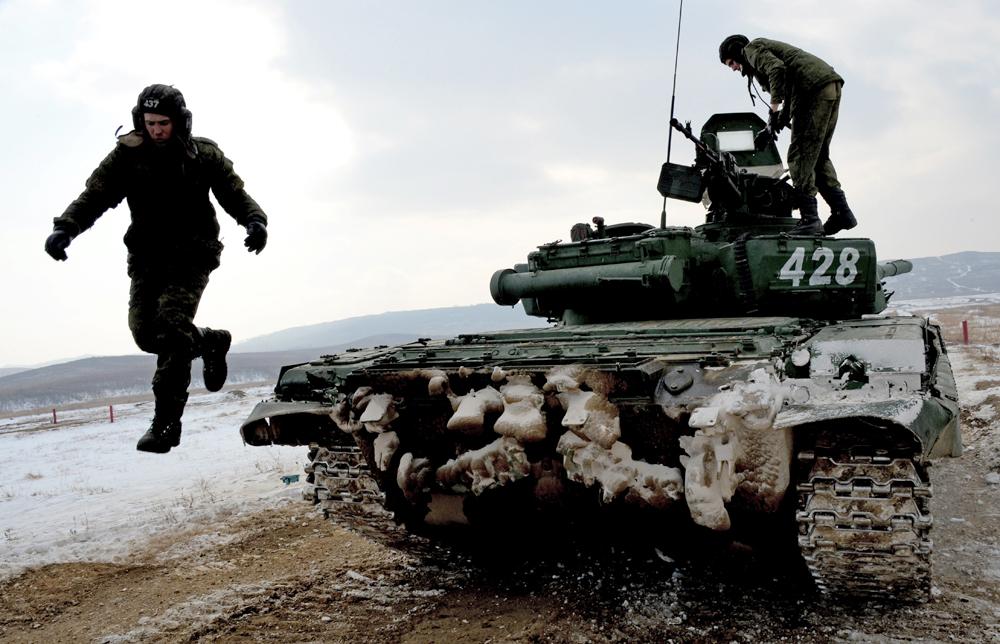 Посада тенка Т-72 се припрема за Тенковски биатлон. Полигон Сергејевка, Источно војни округ, Приморје.