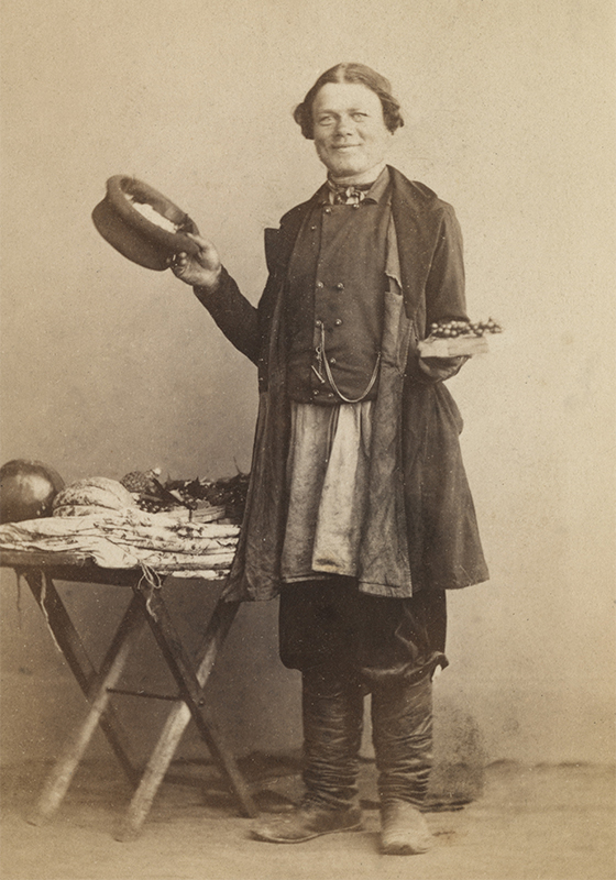 En 1856, William Carrick et John MacGregor, un technicien photographe ouvrirent un studio photo à Saint-Pétersbourg. / Marchand de fruits, Saint-Pétersbourg, années 1860