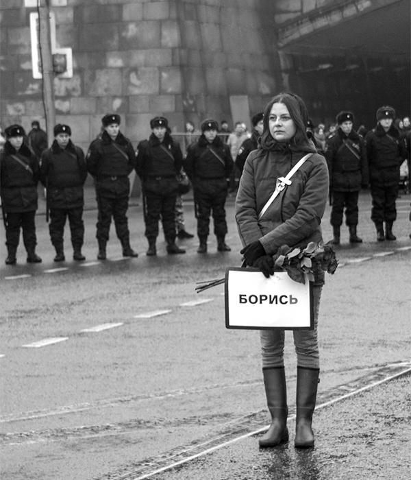 """ロシア人の政治家、ボリス・ネムツォフ氏の暗殺後に開かれた集会 (ロシア語では、「ボリス」という名前は """"boris"""" (Борись)「〜に対して闘う」と同音異義語である)。"""