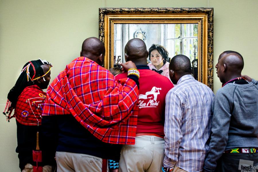 """Членове на масайското племе в Третяковската галерия гледат картината на Валентин Серов """"Момичето с прасковите""""."""
