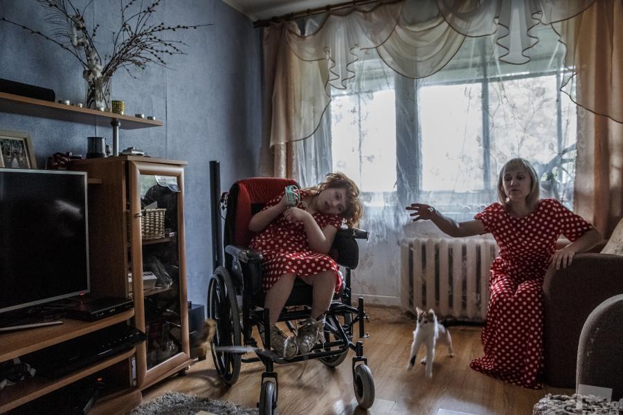Снимка от поредицата за самотни майки, които отглеждат деца с увреждания. 16-годишната Карина с майка си.