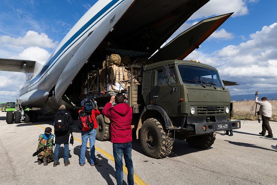 Menteri Pertahanan Rusia Sergey Shoigu mengatakan pihaknya bersama pemerintah Suriah akan membentuk tiga jalur keluar dari kota bagi para warga yang terancam.