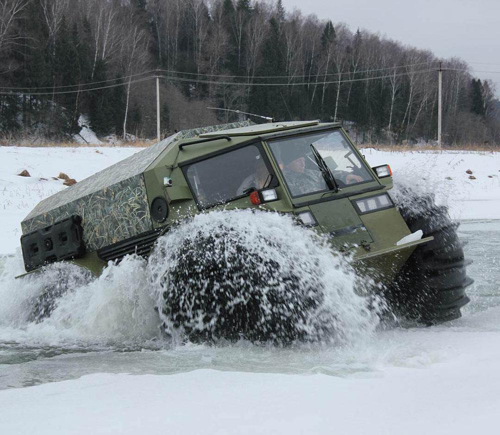 Veículo transpõe fgelo, água, pedras e florestas