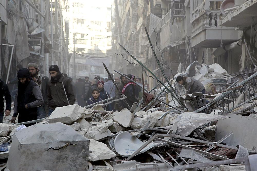 Civis checam estragos após bombardeios aéreos do governo sírio em Aleppo.