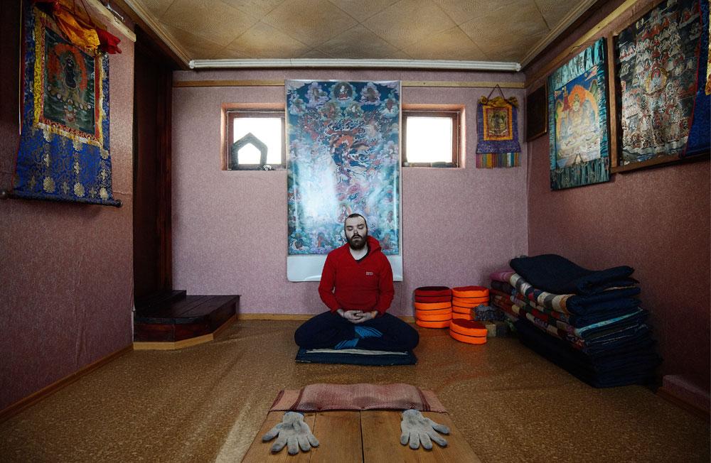 Ein Buddhist bei einem Ritual in einem Kloster auf dem Berg Katschkanar. Das buddhistische Kloster soll am 1. März geschlossen werden, weil es von den Behörden der Region Swerdlowsk als illegal erklärt wurde.