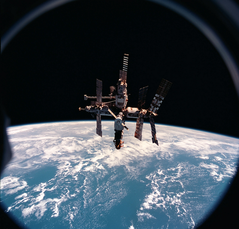 Russia's space control struggled on December 26, 2000, to restore contact with the Mir space station, seeking to prevent a possible crash landing by the aging orbiter.