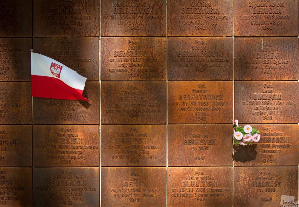 """""""И нас ни боли"""". Фрагмент от Катинския мемориал край Смоленск. Масовото убийство на полски граждани е извършено през пролетта на 1940 г. от НКВД, тайната полиция на СССР."""
