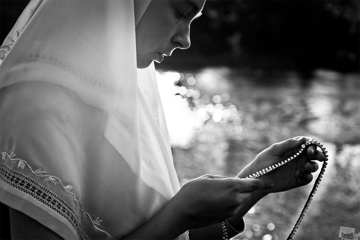 Евгения, старообредничка и дъщеря на свещеник, се моли с броеница в ръце.