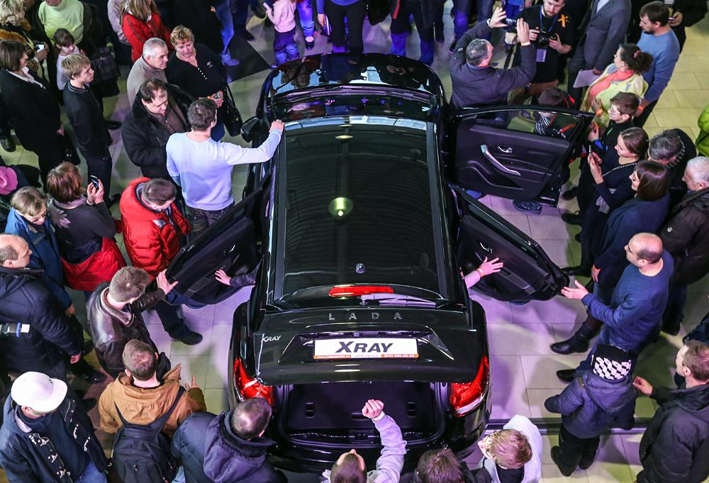 """Saint-Pétersbourg, Russie, le 14 février 2016. Le début des ventes du crossover russe  Lada Xray dans le centre """"Lada-Center Iougo-Zapad""""."""