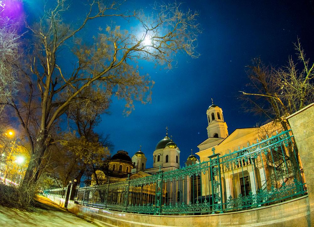 Месец изнад катедрале Александра Невског у Симферопољу. Месечев прстен или хало је оптичка атмосферска појава која настаје преламањем светлости на кристалима леда или капљицама воде у горњим слојевима атмосфере. Крим, Русија.