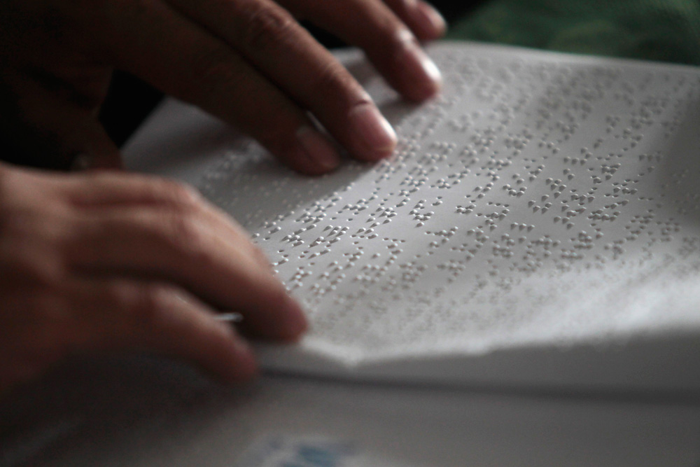 The device allows users to learn to read and write in Braille.