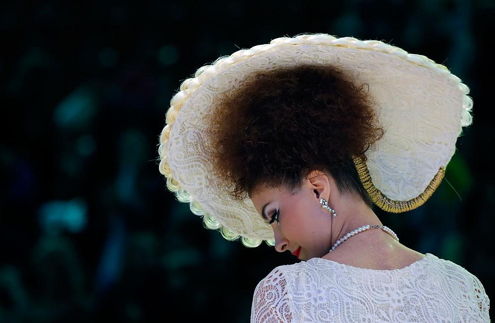 """Ein Model präsentiert die Kreation eines russischen Modedesigners während des Festivals """"Newskije Berega"""" (""""Die Ufer des Flusses Newa"""") in Sankt Petersburg."""