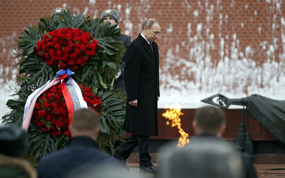 Владимир Путин на церемонията по полагане на цветя на гроба на Незнайния войн близо до Кремъл в Деня на защитника на Отечеството.