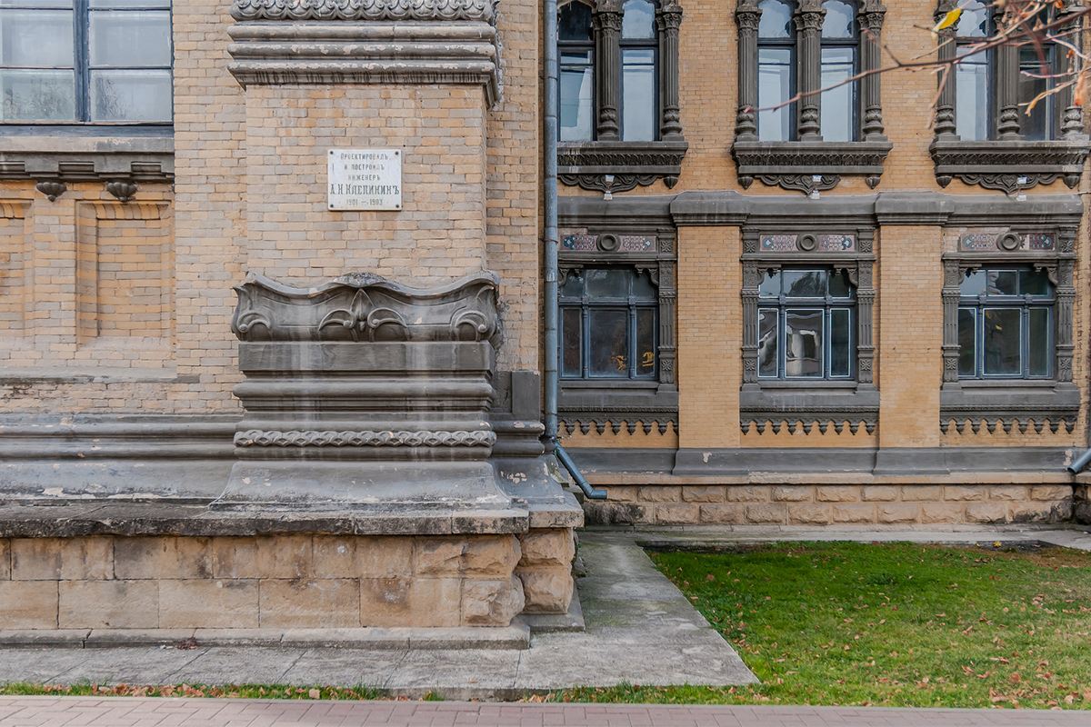 ソ連時代には、この都市は人気のリゾートとなり、この建物は再建された。 さらに入浴場が増設された。 ナルザンは、ここキスロヴォツクで19世紀末以来ボトリングされてきたミネラルウォーターの人気ブランドの名前でもある。