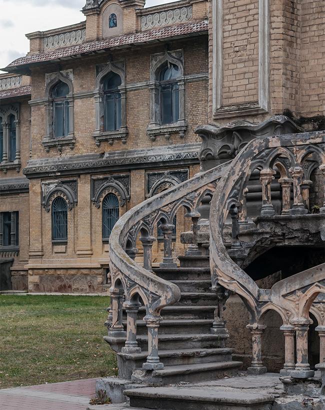 長年にわたり、レールモントフ、プーシキン、チェーホフやトルストイなど、数多くのロシア人作家がこの都市を訪れた。 さらに、ノーベル文学賞受賞者のアレクサンドル・ソルジェニーツィンはここキスロヴォツクで生まれた。もっと読む:ロマノフ家も所有した中世風の城>>>