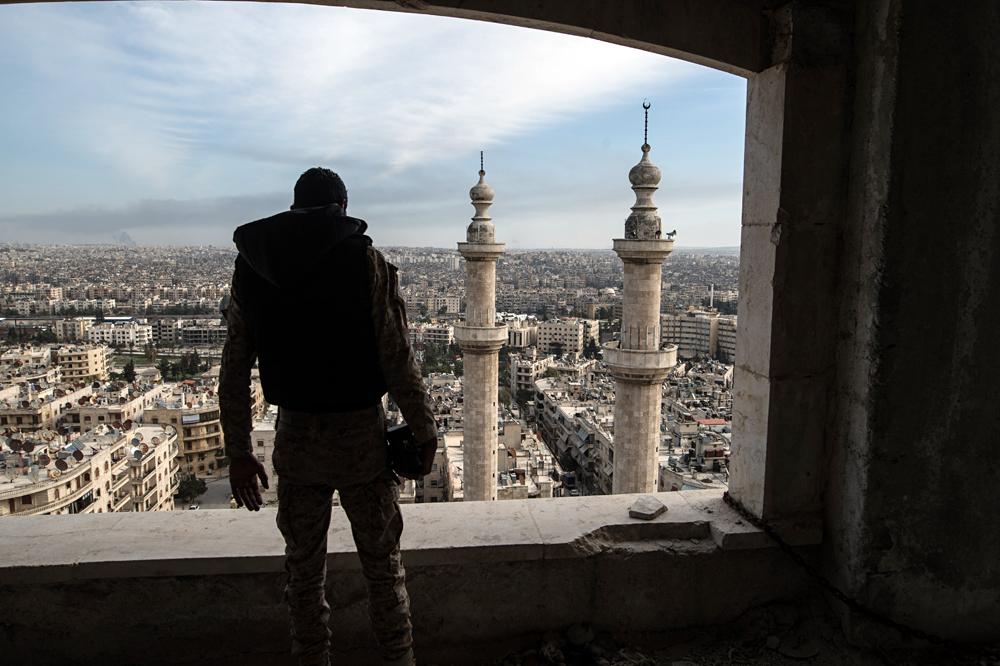 Ein Soldat der syrischen Armee blickt auf Aleppo.