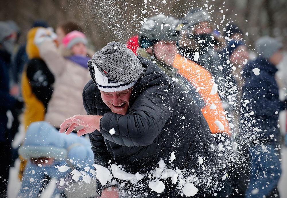 Луѓе уживаат во битка со снежни топки на Марсово Поле во Санкт Петербург, Русија, 28 февруари, 2016. Синоптичарите предвидуваат постојани врнежи од снег деновите што доаѓаат.