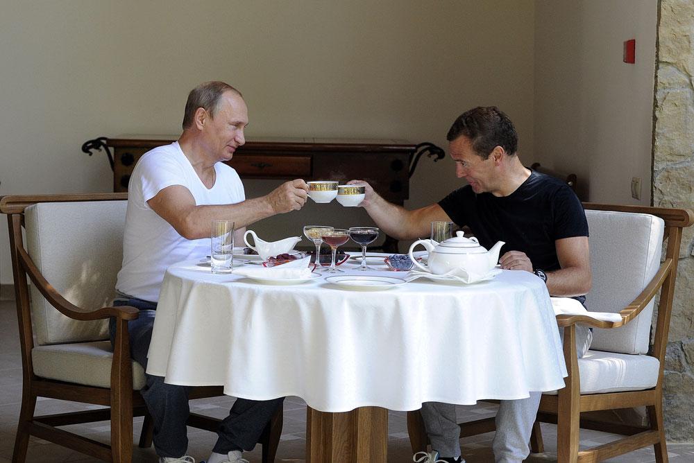 Президентът Владимир Путин и премиерът на Русия Дмитрий Медведев в неформална обстановка.