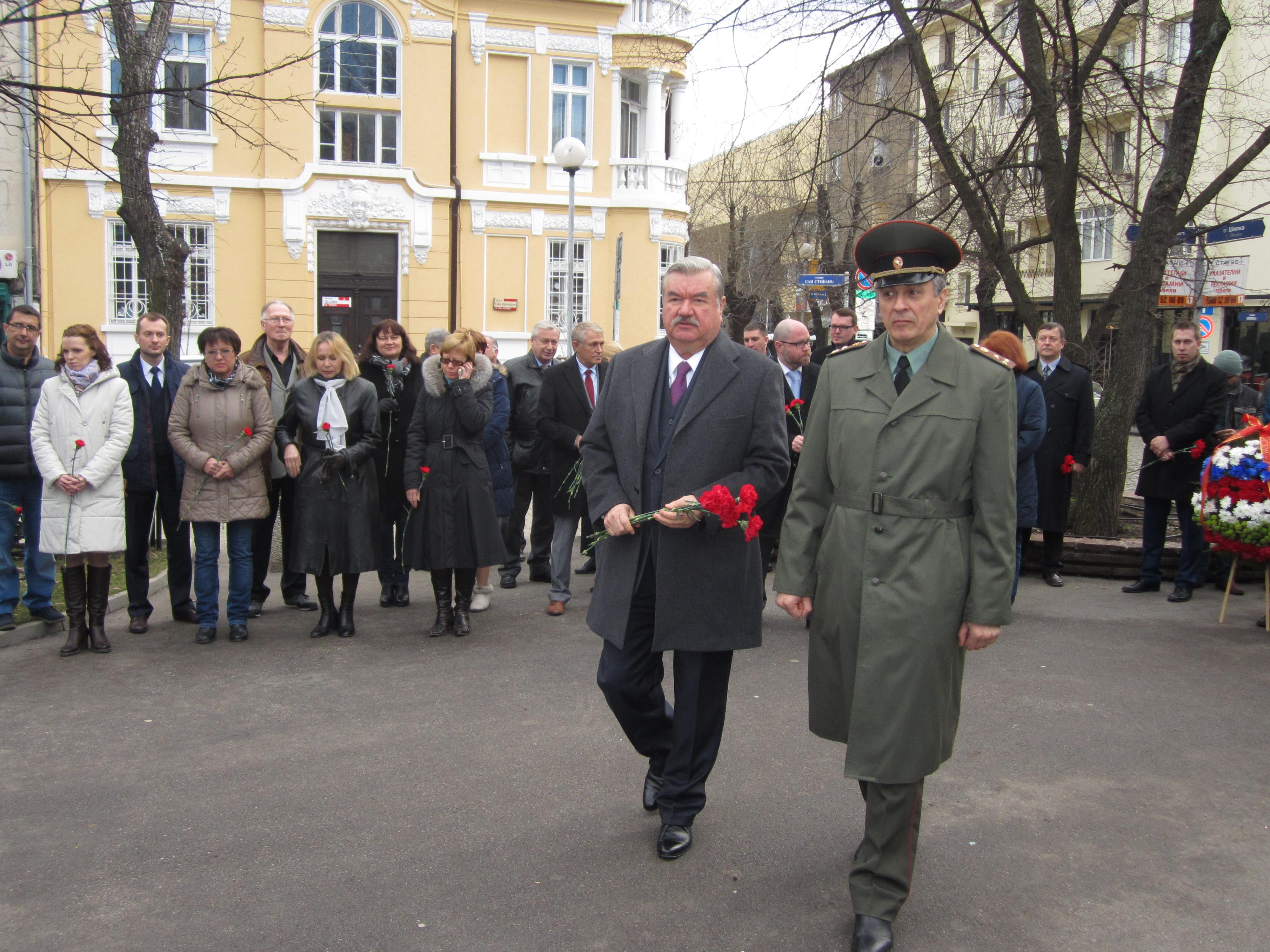 Н. Пр. посланикът на Руската федерация в България Юрий Исаков положи цветя на церемония пред паметника на Граф Игнатиев в София.