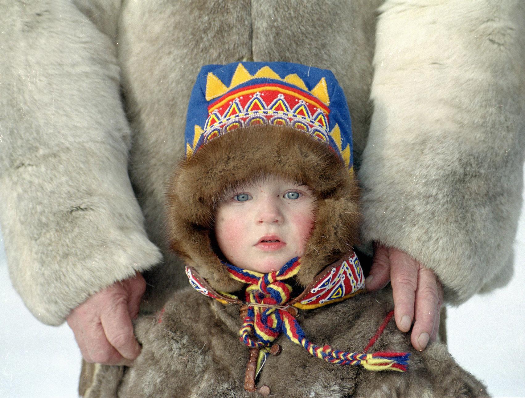 Дете саами в Далечния север на Русия.