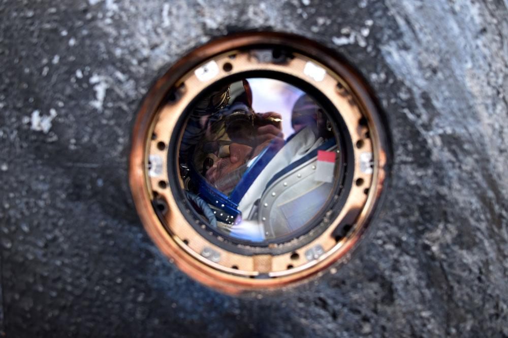 Die Kapsel mit den Raumfahrern Michail Kornienko (Bild) aus Russland und Scott Kelly aus den USA an Bord ist nicht weit von der Stadt Djeskasgan in Kasachstan gelandet. Die Kosmonauten haben im Rahmen eines Experiments fast ein Jahr auf der Internationalen Raumstation (ISS) verbracht.