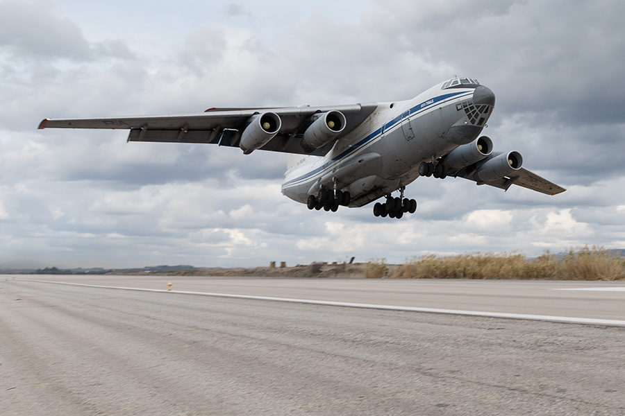 Pesawat angkut militer Il-76 bersiap untuk mendarat di Pangkalan Udara Hmeimim, Suriah. Bantuan kemanusiaan Rusia kepada warga Suriah terus berlanjut.