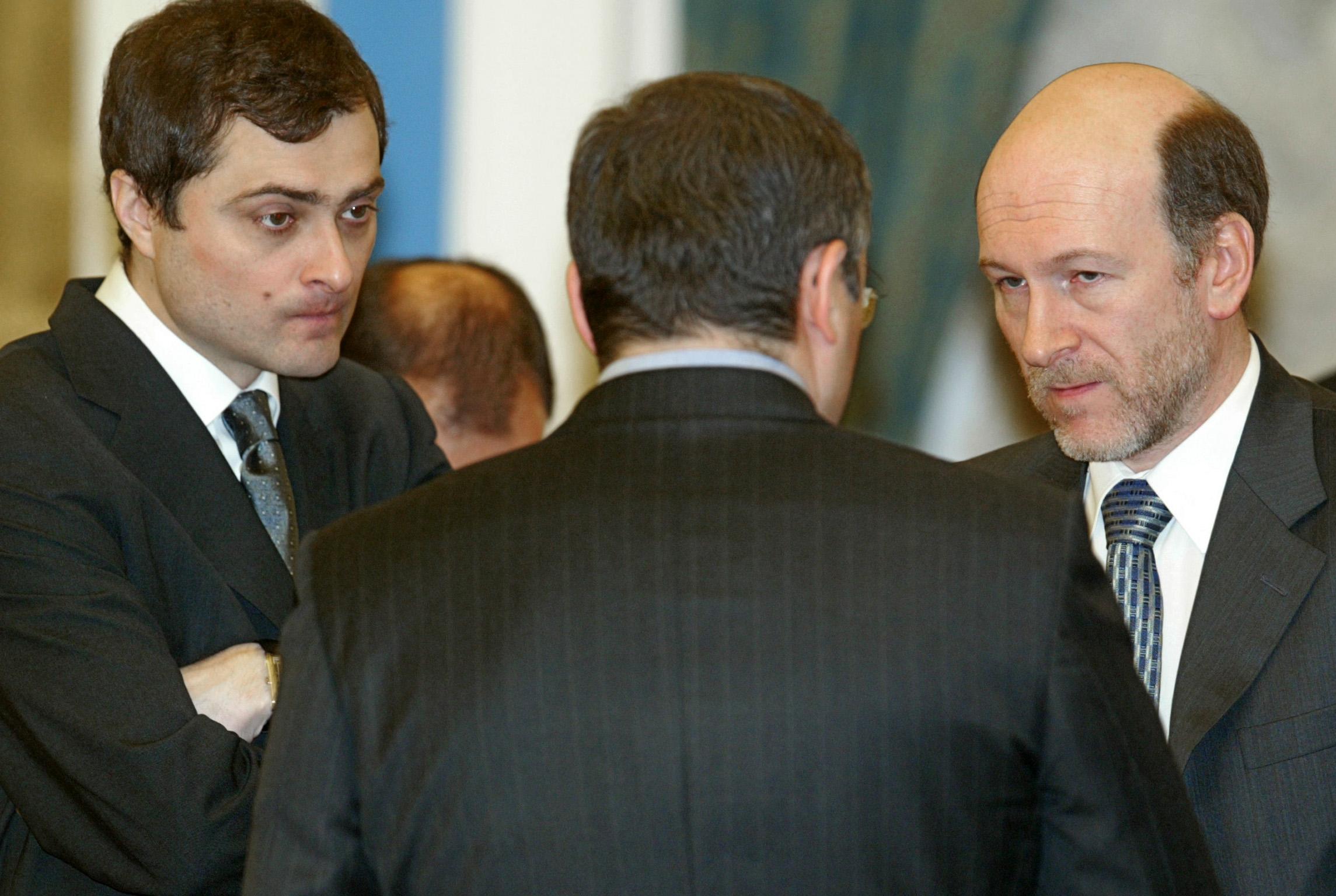 Seine Karriere begann Wladislaw Surkow (l.) Ende der 1980er-Jahre als Leibwächter von Chodorkowski (Mitte). Auf dem Bild ist er bereits stellvertretender Leiter der Präsidialverwaltung, hier mit seinem Chef Alexander Woloschin (r.) auf einem Empfang für Unternehmer im Februar 2003 im Kreml.