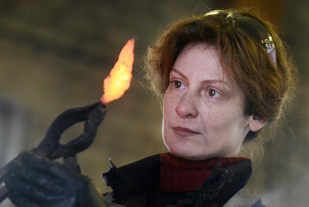 """自身の工房にいる鍛冶職人オクサナ・キリリュクさん。オクサナさんは馬の保護施設の創設者でもある。写真は、""""男の仕事""""に就く女性に関するタス通信のプロジェクトの枠内で撮影された。"""