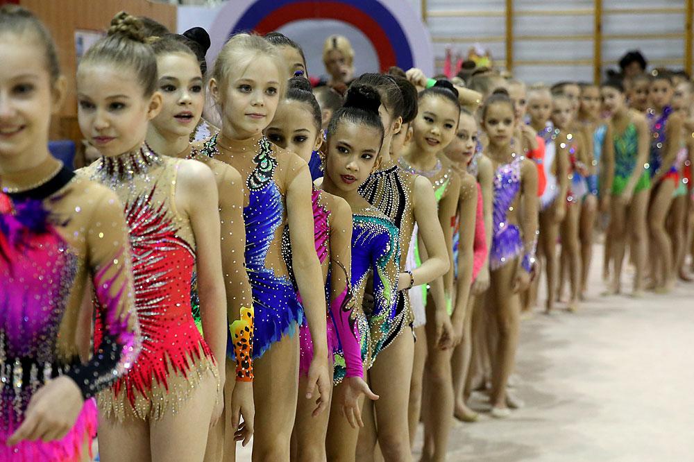 Die Teilnehmerinnen der fünften Meisterschaft der Rhythmischen Sportgymnastik von Jana Batirschina.