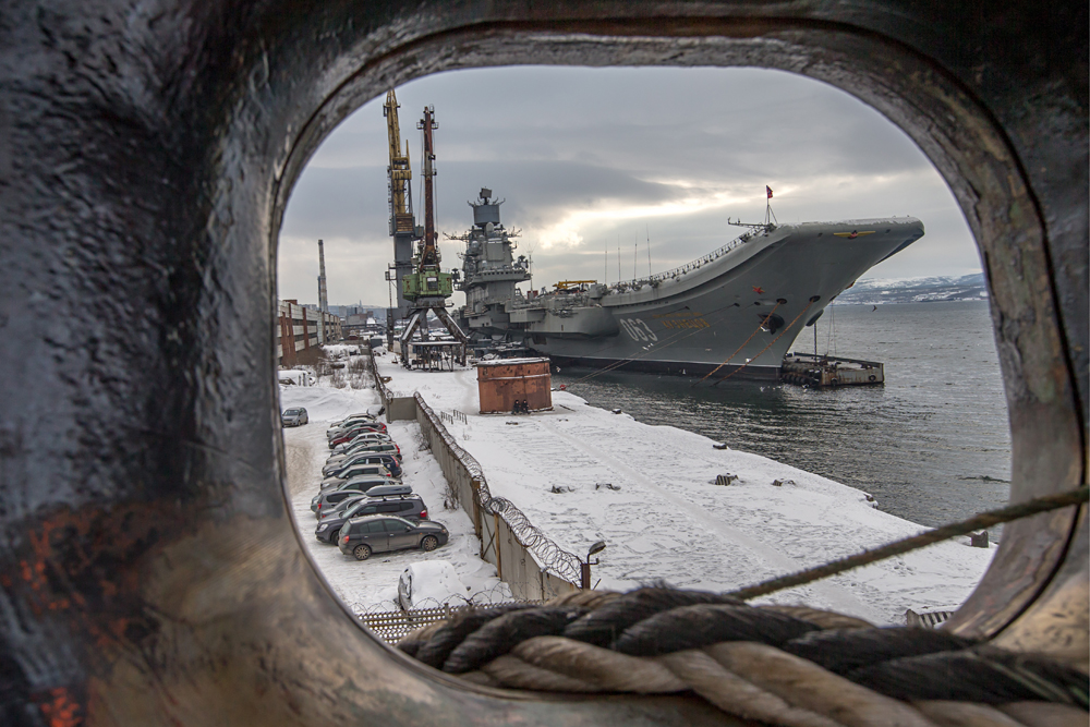 """Самолетоносачът """"Адмирал Кузнецов"""" ще оглави постоянната групировка на руския Военноморски флот в Средиземно море. Крайцерът в момента минава подготовка за летния морски поход в 35-я кораборемонтен завод в Мурманск."""