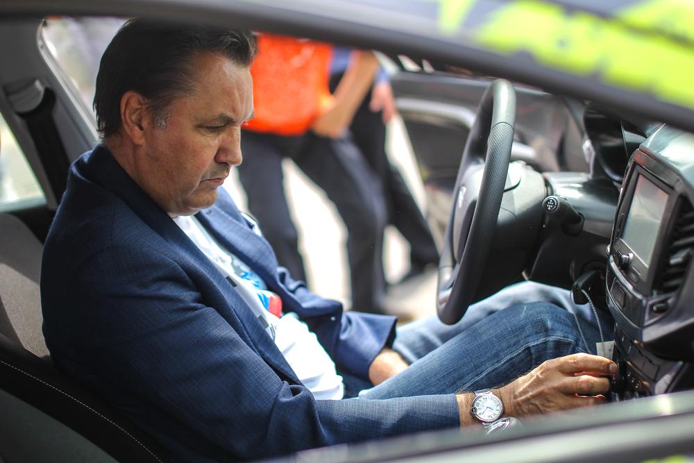 L'ex-dirigeant d'Avtovaz Bo Andersson examine deux nouveaux modèles de Lada, Lada Vesta et Lada Xray.