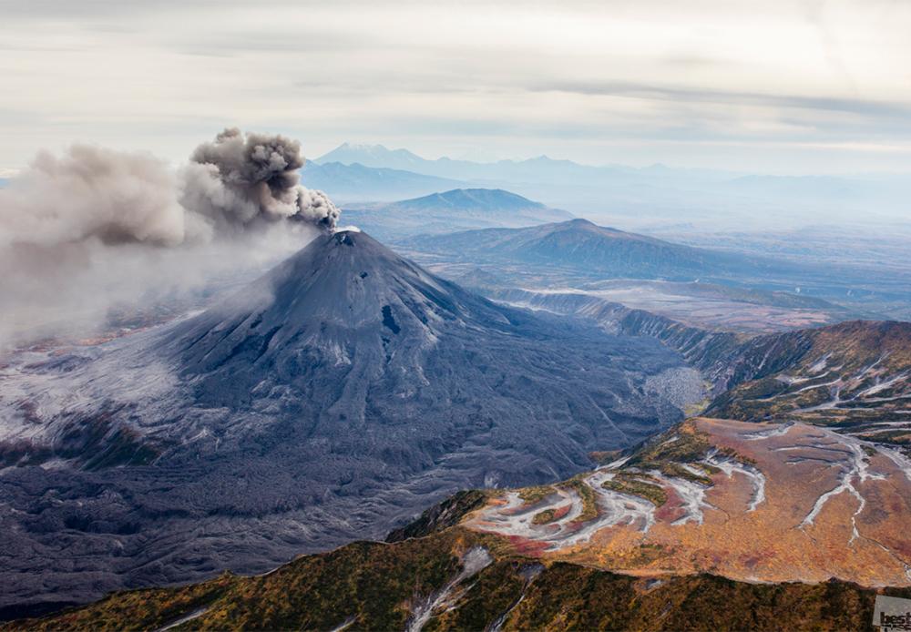 Активниот вулкан Каримска сопка, Камчатка.