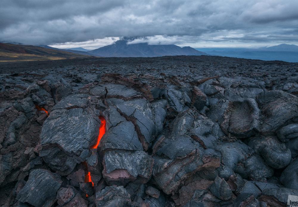Вулканска лава во пукнатината на земјата. Вулканот Толбачик, Камчатка.