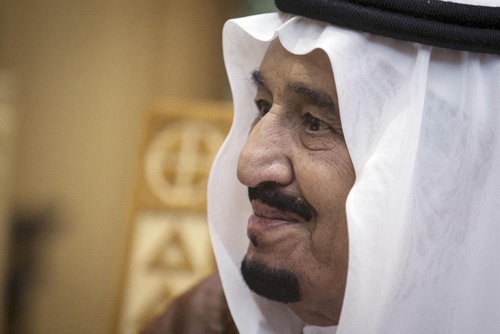 Raja Salman dari Arab Saudi saat bertemu dengan Menteri Luar Negeri AS John Kerry di Diriyah, Arab Saudi. Sumber: Reuters
