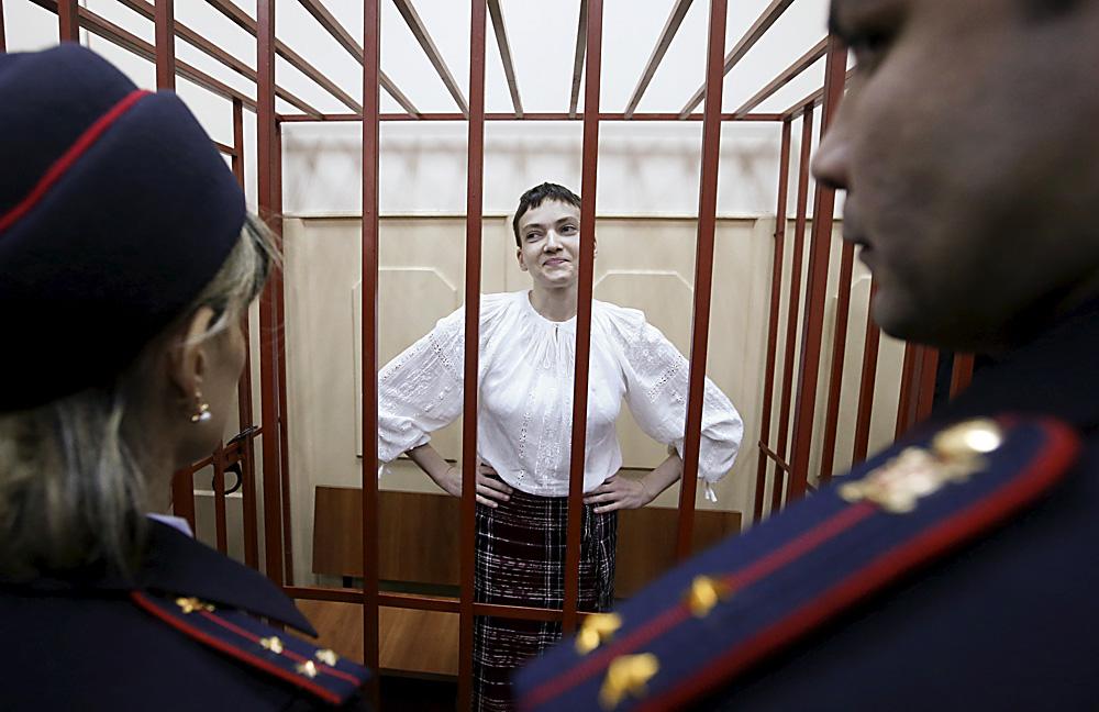 La pilote militaire ukrainienne Nadejda Savtchenko dans la cage des accusés d'un tribunal de Moscou, le 17 avril 2015.