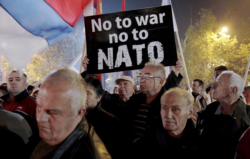 Apesar de políticos mostrarem aproximação de aliança, sérvios têm simpatia pela Rússia, que não reconheceu independência de Kosovo, e relembram os bombardeios à Iugoslávia.