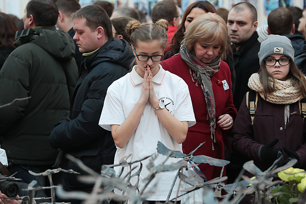 Angehörige und Freunde der Opfer der Flugzeugkatastrophe in Ägypten während einer Trauerfeier in der Peter-und-Paul-Festung in Sankt Petersburg. Am 31. Oktober 2015 war ein Airbus der Fluggesellschaft Kogalymavia infolge eines Terroranschlags über der Sinai-Halbinsel abgestürzt. Alle 224 Menschen an Bord kamen ums Leben.