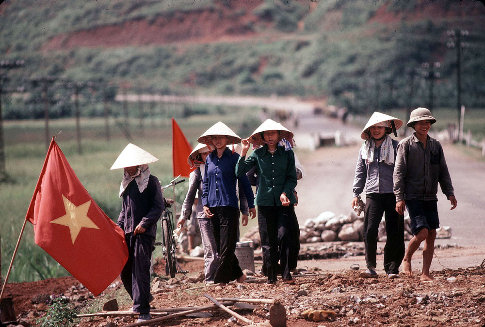Rehabilitation of the road south of Hanoi, 1988.
