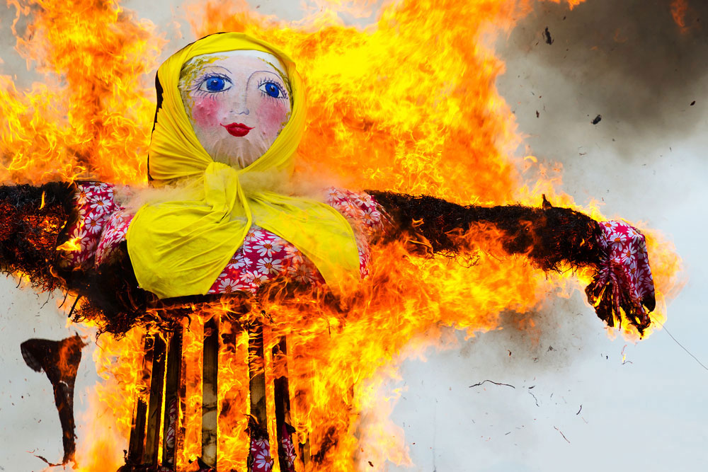 Setting Maslenitsa scarecrow on fire means the winter's end. Source: Lori / Legion-Media