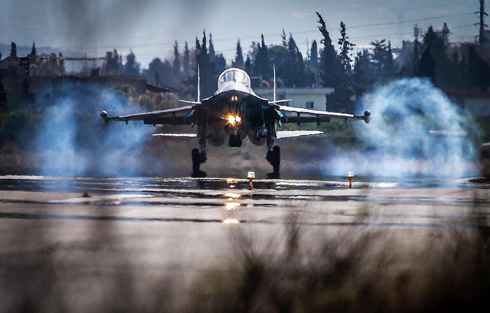 Lovec Su-34 pristaja v ruski zračni bazi Hmejmim v Siriji.