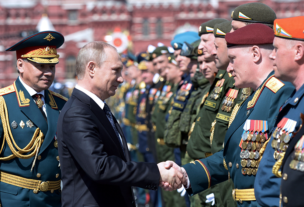 Serguéi Shoigú, ministro de Defensa de Rusia (a la izda) y el presidente Vladímir Putin tras el desfile de la Victoria sobre la Alemania nazi en Moscú.