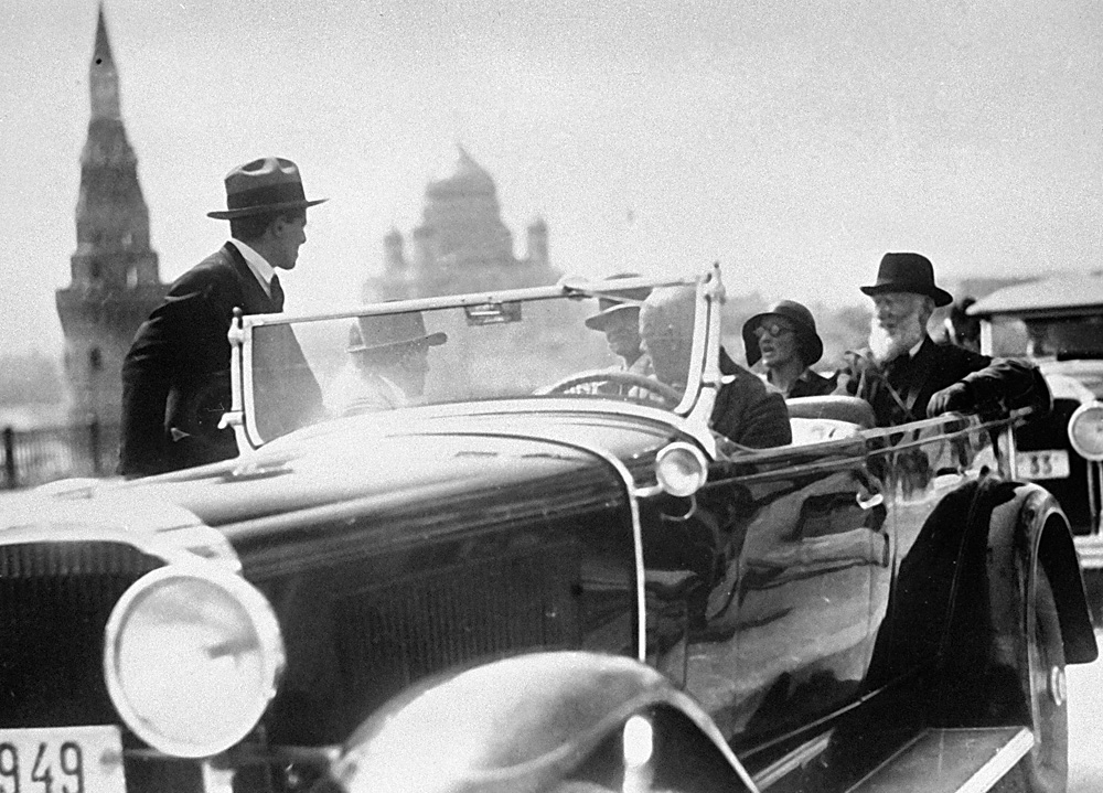British playwright Bernard Shaw (R) being driven around Moscow in a chauffeured car.