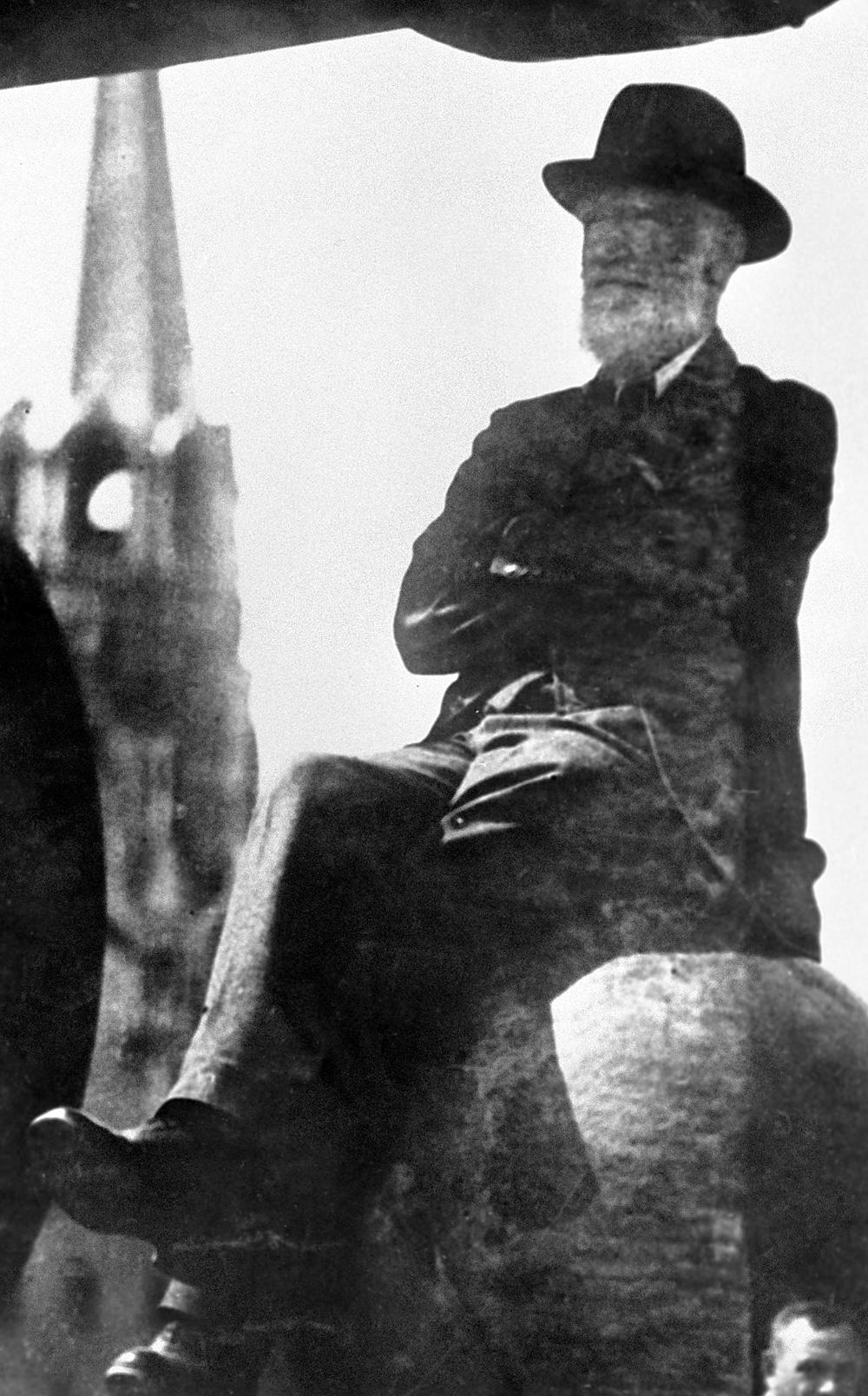 Bernard Shaw sitting on a cannonball of the Kremlin's Tsar Cannon. Source: RIA Novosti