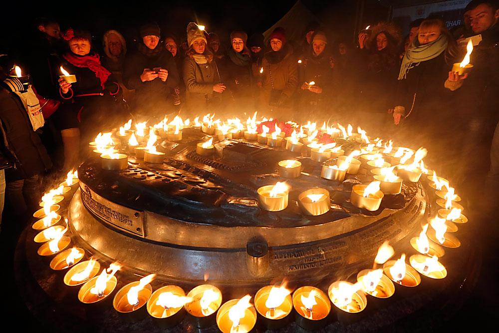 Nach dem tragischen Flugzeugabsturz in Rostow am Don zünden Menschen in Sankt Petersburg Kerzen an.
